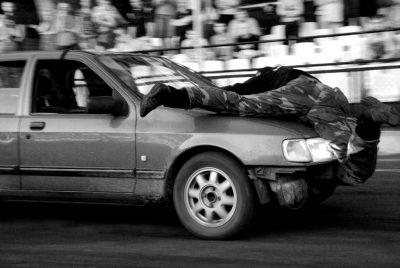 Jazda na masce samochodu
