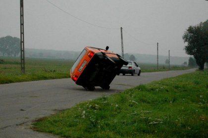 Pokaz jazdy samochodem na dwóch kołach